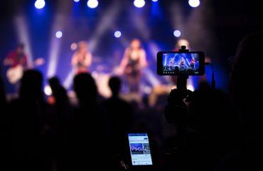 Com crise e queda nos dízimos, igrejas trocam TV por rádio e internet