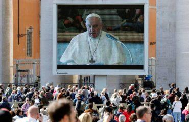 Papa Francisco faz oração pela primeira vez via internet